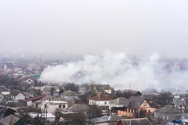 Vista dall'alto dell'area in cui un edificio residenziale è in fiamme. incendio nel settore dell'edilizia privata.