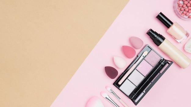 Disposizione vista dall'alto di diversi cosmetici con spazio di copia