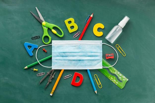 Disposizione vista dall'alto degli elementi del giorno dell'istruzione