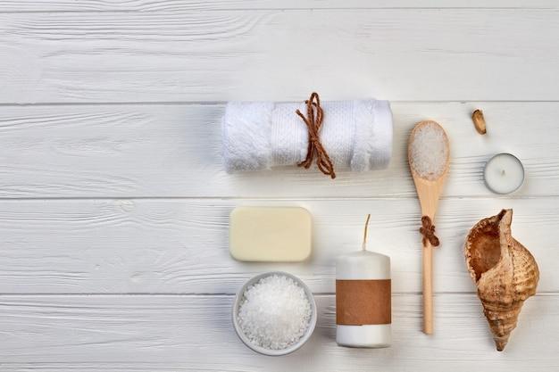 Disposizione vista dall'alto degli accessori per il bagno termale sulla scrivania bianca