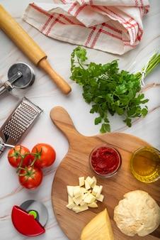 Disposizione vista dall'alto di cibi e ingredienti gustosi