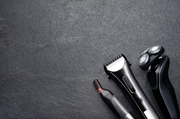 Vista dall'alto della disposizione di vari strumenti da barbiere