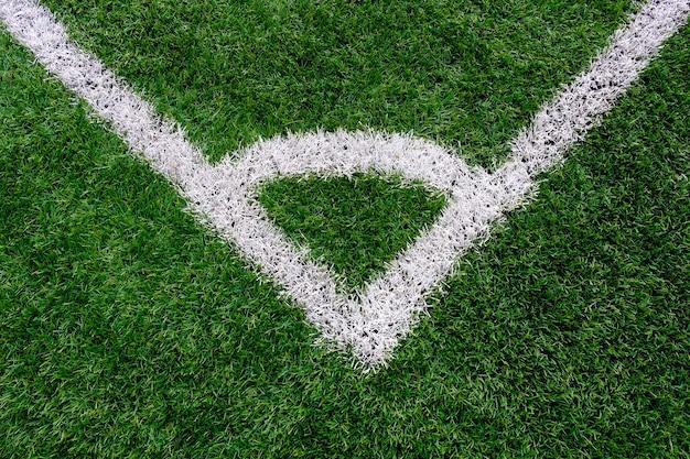 Campo da calcio in erba artificiale vista dall'alto con linea di marcatura d'angolo