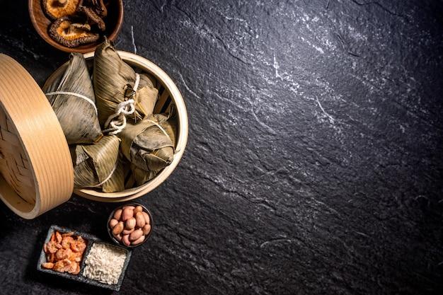 Vista dall'alto di zongzi fatto in casa cinese asiatico - cibo per gnocchi di riso per il dragon boat festival
