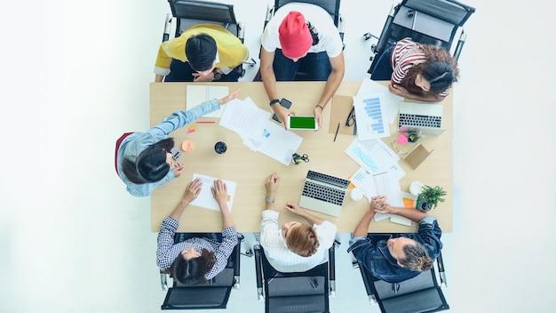 Vista dall'alto della donna asiatica presenta la partnership di due manager dell'azienda