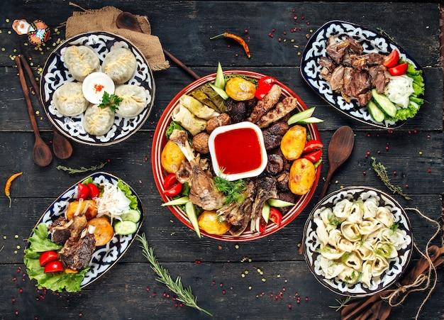Vista dall'alto su un assortimento di piatti della cucina orientale sulla superficie in legno