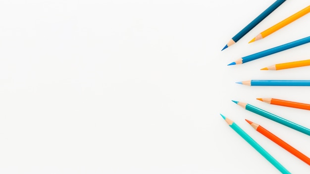Assortimento vista dall'alto di matite colorate con spazio di copia