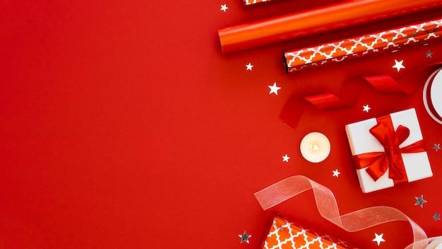 Assortimento di vista dall'alto di regali avvolti festivi con spazio di copia