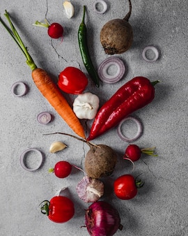 Vista dall'alto assortimento di verdure e pomodori