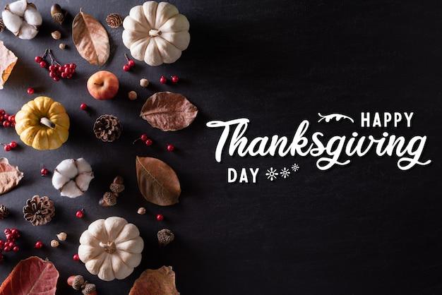 Vista superiore delle foglie di acero di autunno con la zucca per il concetto di giorno di ringraziamento.