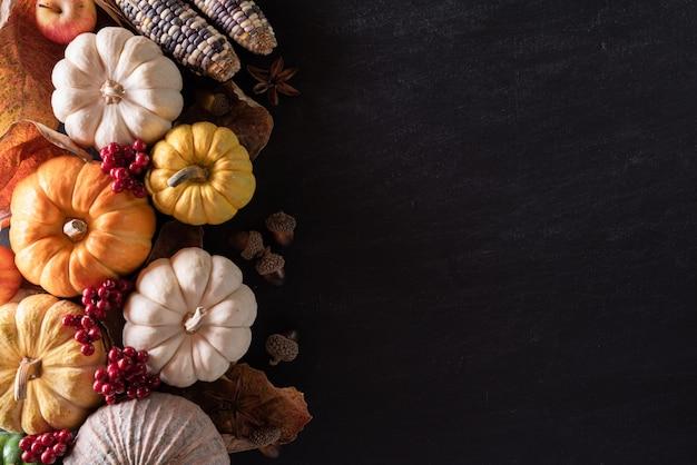 Vista superiore delle foglie di acero di autunno con la zucca, concetto di giorno di ringraziamento.