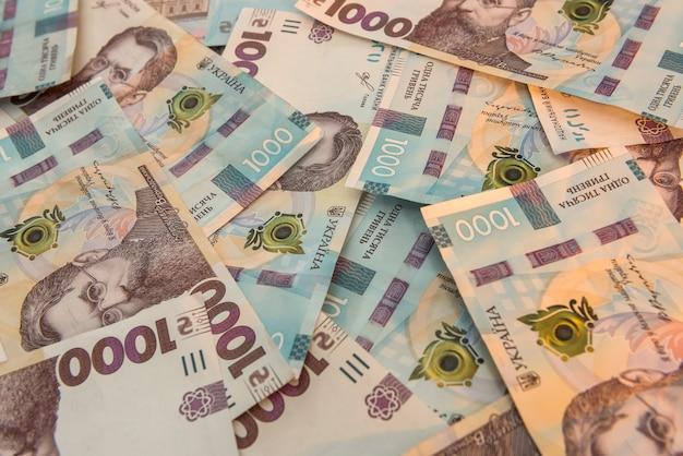 Sfondo vista dall'alto con la nuova banconota dell'ucraina 1000, uah. contesto finanziario