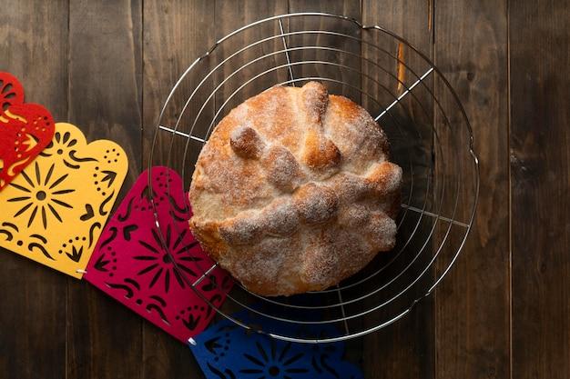 Vista dall'alto del pan de muerto al forno