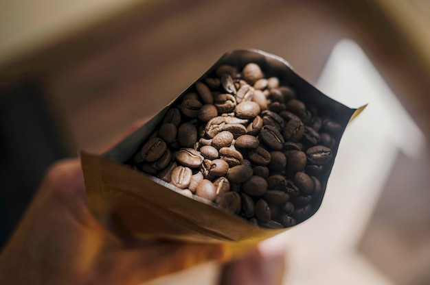 Vista dall'alto del barista tenendo il pacchetto di chicchi di caffè