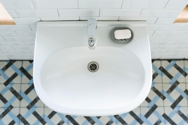 Vista dall'alto del lavandino del bagno con saponetta