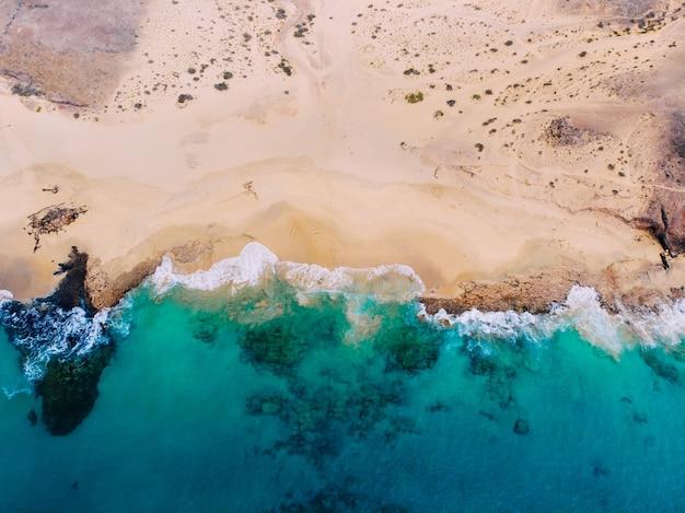 Vista dall'alto della bellissima spiaggia con limpide acque turchesi.