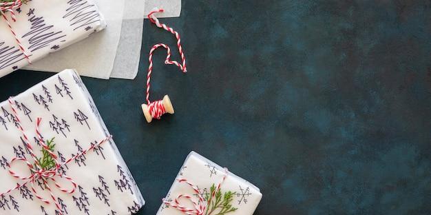 Vista dall'alto regali di natale splendidamente decorati con copia spazio
