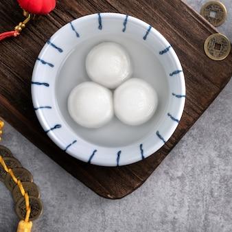 Vista dall'alto del grande tangyuan yuanxiao (polpette di riso glutinoso) per il cibo del festival del capodanno lunare, le parole sulla moneta d'oro significano il nome della dinastia che ha fatto.
