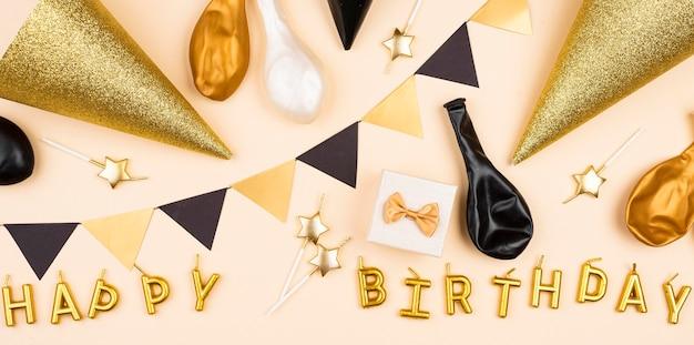 Disposizione delle decorazioni di compleanno vista dall'alto