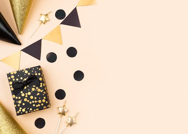 Cornice di regali e cappelli di compleanno vista dall'alto