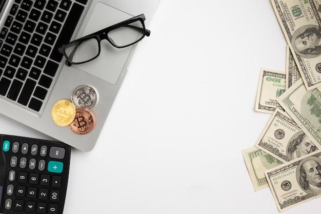 Vista dall'alto bitcoin in cima al laptop Foto Premium