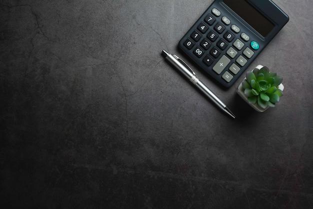 Vista dall'alto della calcolatrice nera con penna e copia spazio. concetto finanziario.