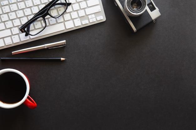 Vista dall'alto scrivania nera con spazio per la copia per inserire il testo su una disposizione piatta
