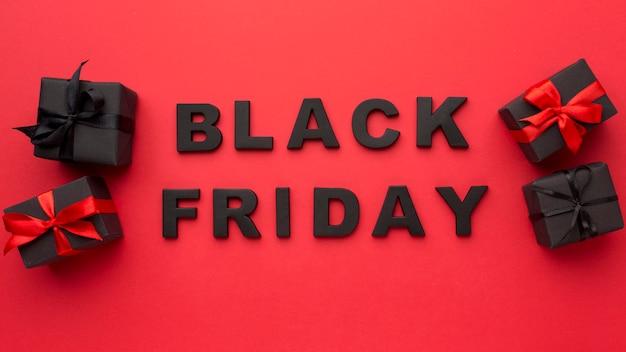 Disposizione di vendita venerdì nero vista dall'alto su sfondo rosso