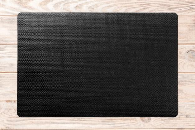 Vista superiore della tovaglia nera per alimento su fondo di legno. spazio vuoto per il tuo design