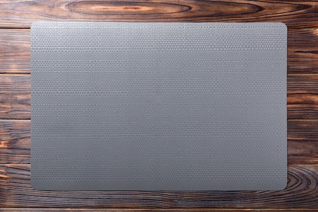 Vista superiore della tovaglia nera per alimenti su legno