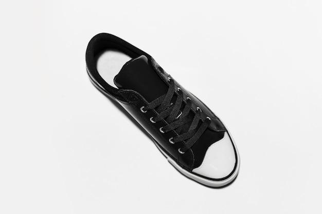 Vista dall'alto della scarpa vintage nera su sfondo bianco.