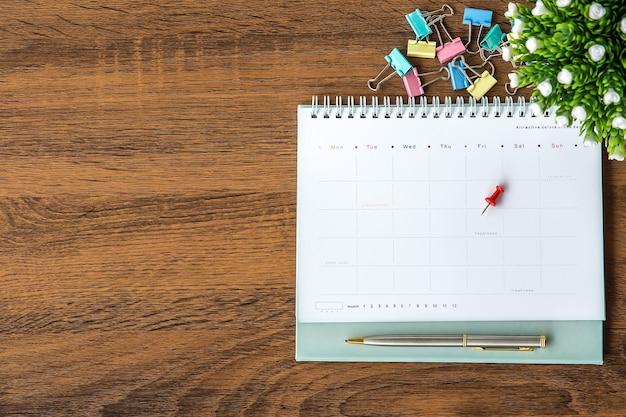 Il calendario vuoto della vista superiore è sull'ufficio della scrivania