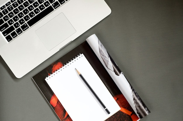 Vista dall'alto su articoli di blog su sfondo grigio