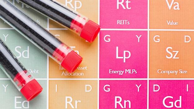 Campioni di sangue vista dall'alto sulla tabella degli elementi chimici