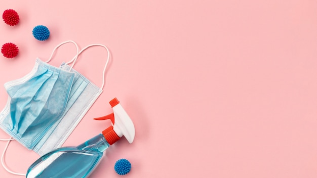 Maschere mediche blu vista dall'alto e disinfettante con copia-spazio
