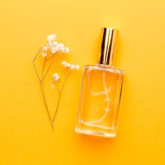 Bottiglia vista dall'alto con profumo sul tavolo