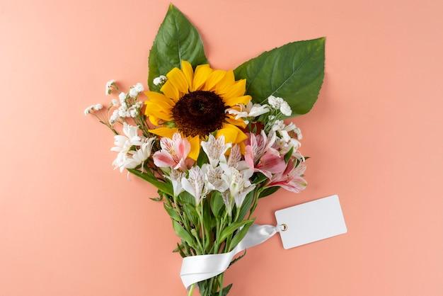 Vista dall'alto del mazzo di fiori con carta bianca