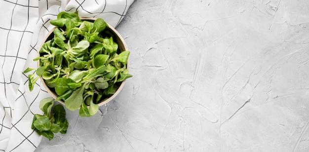 Ciotola vista dall'alto riempita con insalata fresca