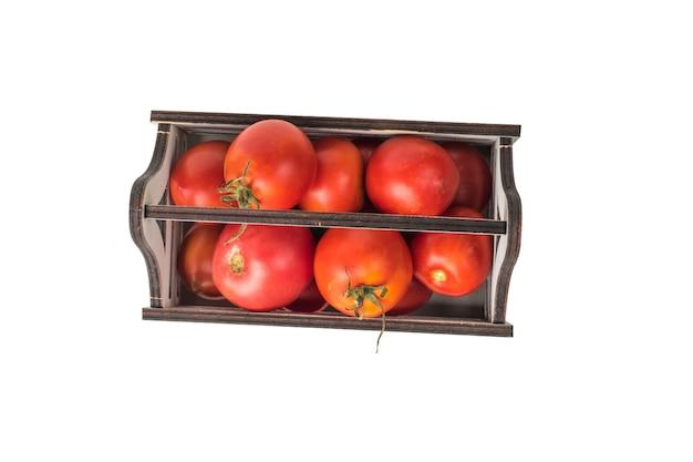 Vista dall'alto di una scatola di pomodori, isolata su uno sfondo bianco.