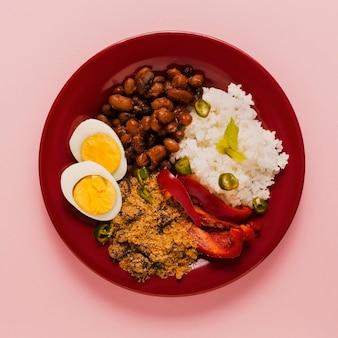 Disposizione del cibo brasiliano vista dall'alto