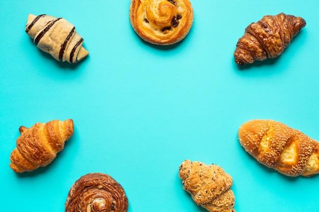 Vista dall'alto di pane e prodotti da forno impostato su sfondo di colore blu