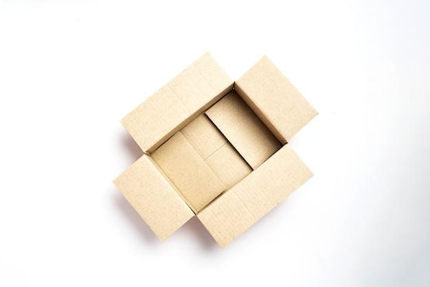 Vista dall'alto di una scatola di cartone marrone