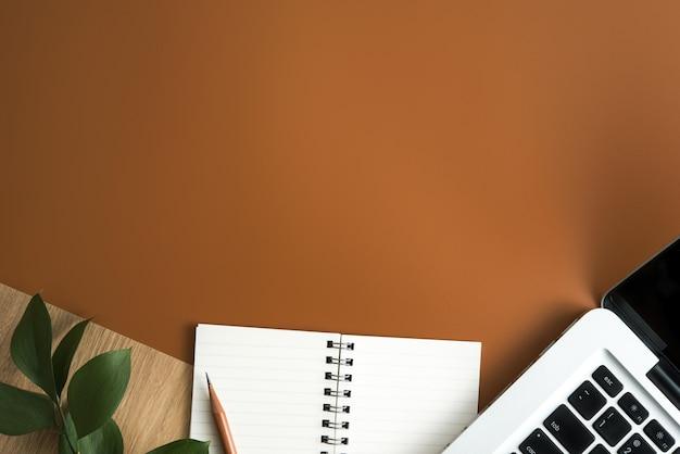 Vista superiore della tabella marrone della scrivania con lo spazio della copia. distesi.