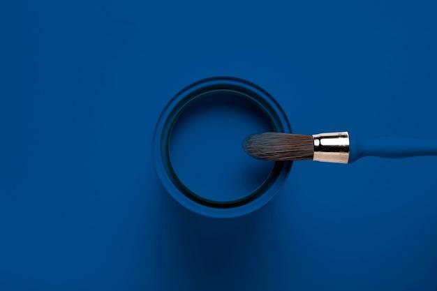 Pennello vista dall'alto sul colore della latta di vernice dell'anno Foto Premium