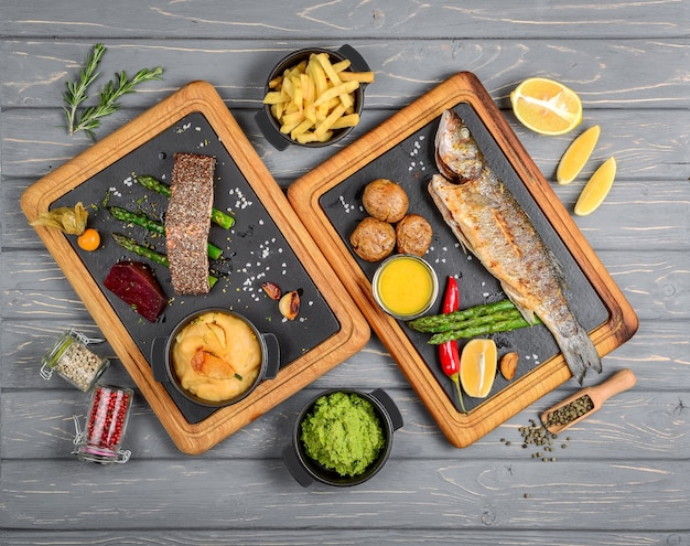 Tavolo da buffet con vista dall'alto con diversi gustosi pasti