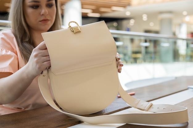 Vista dall'alto mani femminili d'affari che tirano fuori la penna del diario del blocco note rosa pronta per la riunione formale o il lavoro