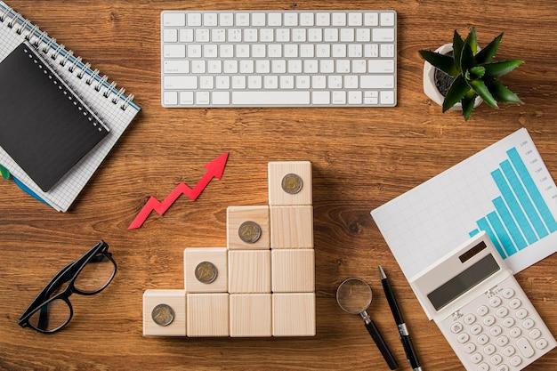 Vista dall'alto di elementi aziendali con freccia di crescita
