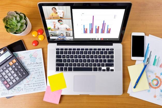 Vista dall'alto videochiamata aziendale a lunga distanza, rapporto finanziario di analisi dell'uomo d'affari e della donna d'affari utilizzando l'applicazione di videoconferenza per la comunicazione virtuale