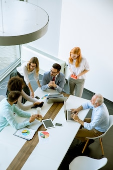 Vista dall'alto a uomini d'affari in ufficio