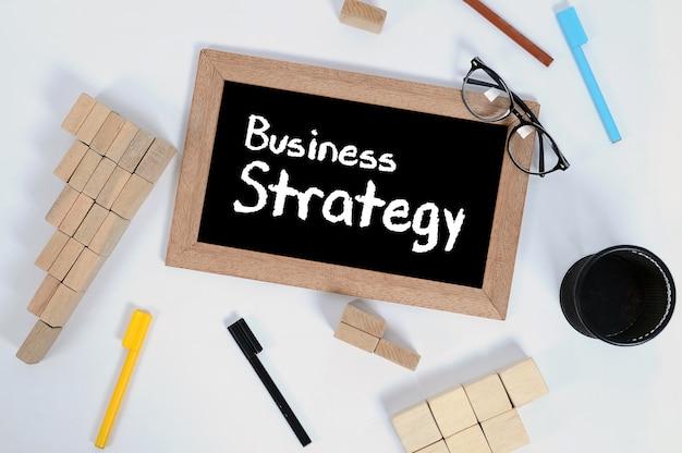 Vista dall'alto di business strategy scritta a mano con gesso bianco su una lavagna